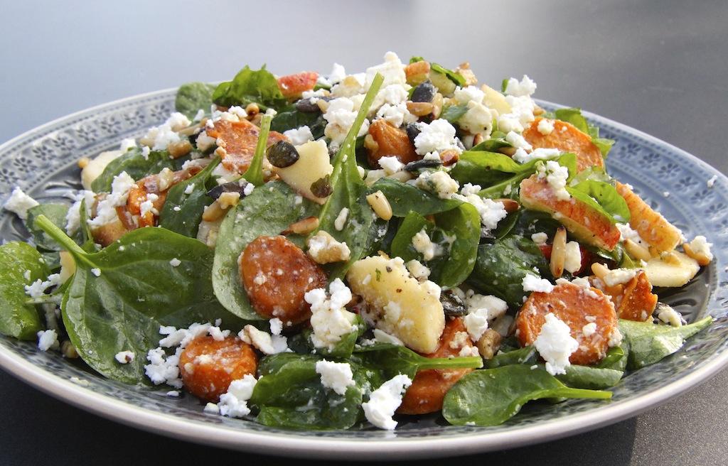 Salat zum Sattessen – mit Süßkartoffel, Apfel und Feta