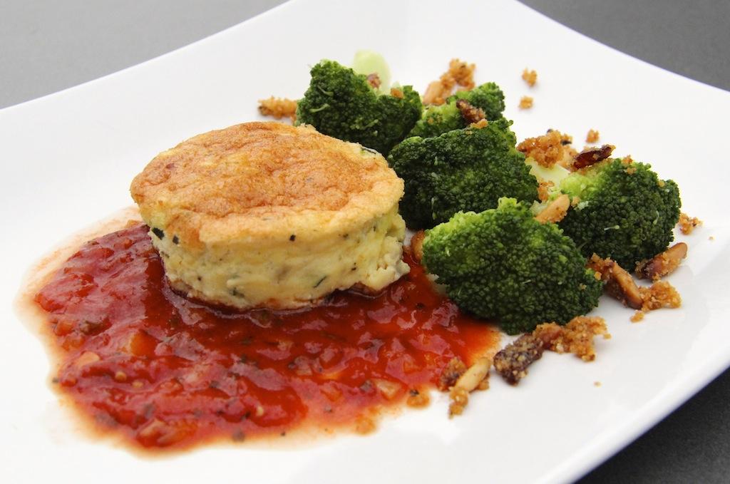 Ran an den Flan! Mit Zucchini, Kräutern und Tomatensauce