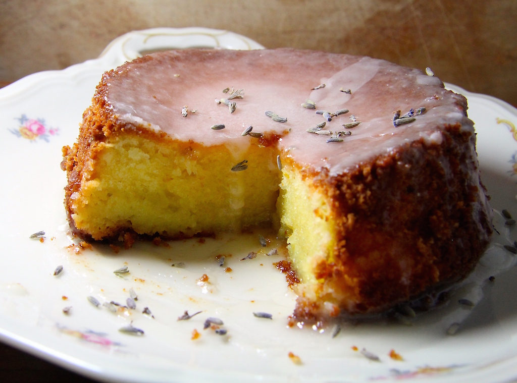 Star auf der High-Tea-Tafel: Lemon-Lavender Drizzle Cake
