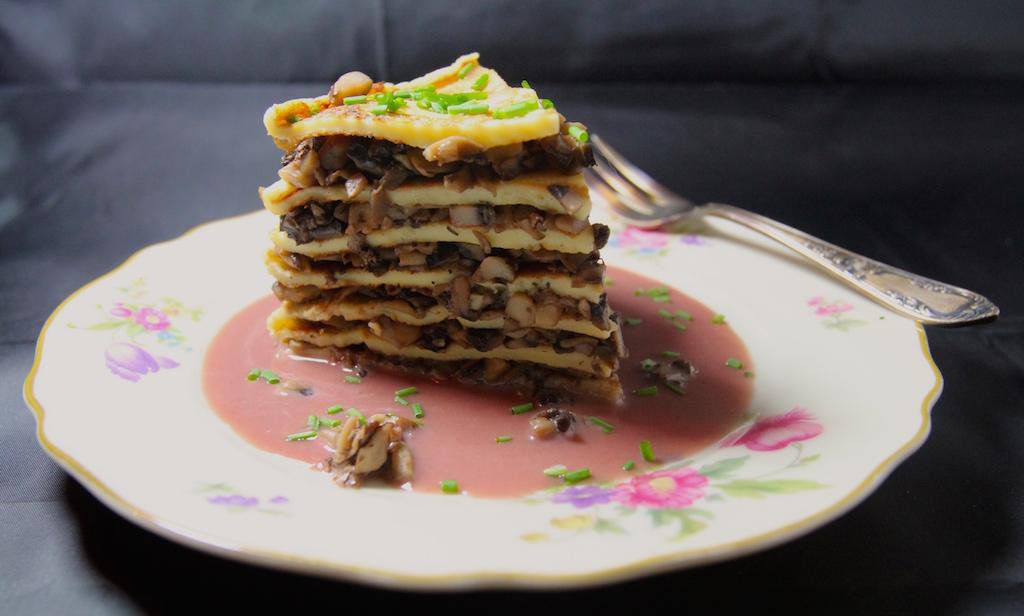 """Die """"Falsche, falsche Prinzregententorte"""". Gibt es einen hübscheren Namen für ein Gericht? Sie besteht aus geschichteten Pfannkuchen und Pilzragout. Und die Portweinsauce ist mir sehr rosa geraten - aber, hej, wir Prinzessinnen lieben das!"""
