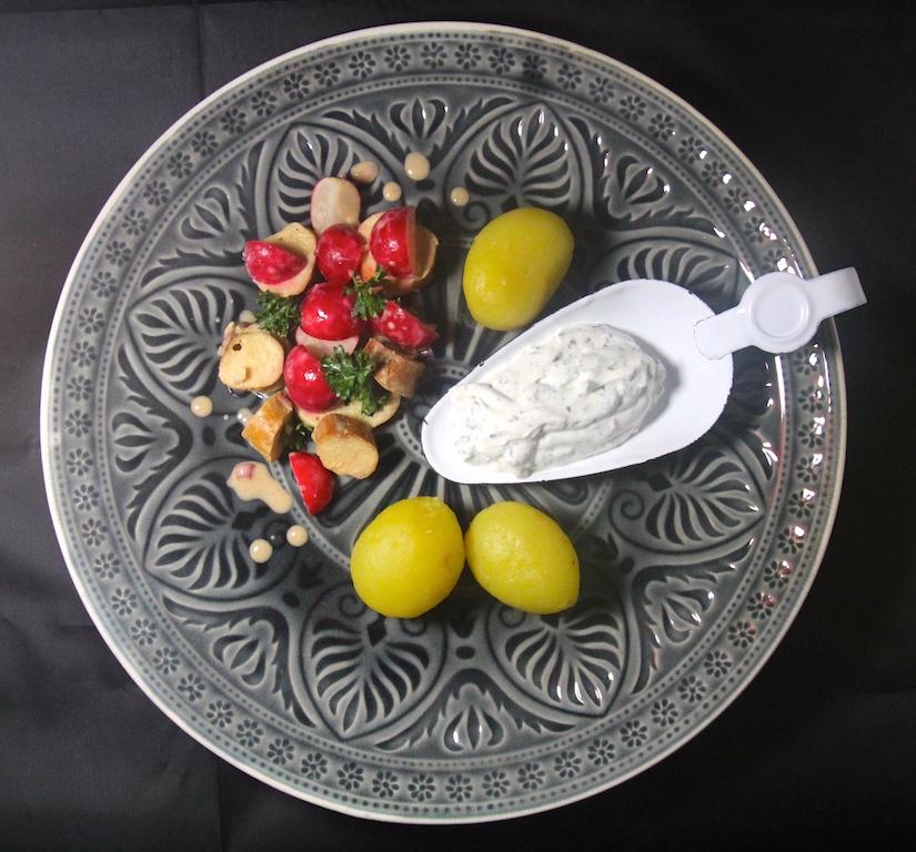 Noch so ein einfaches Gericht, das durch die blauen Kartoffeln, die eigentlich dazu gehören, noch einen Hauch märchenhafter wirken würde. Mit gelben Kartoffeln schmeckt der Kräuterquark aber auch. Und vor allem der Brezel-Radieschen-Salat mit dem feinen Dijon-Senf-Dressing.