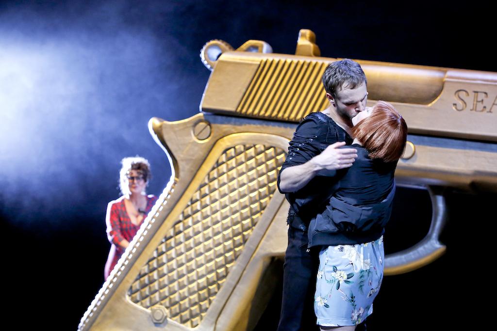 """""""Romeo und Julia"""": Das Bild zeigt eine Spielszene aus Martin Pfaffs Inszenierung der Shakespeare-Tragödie am Detmolder Landestheater. Foto: Landestheater Detmold/Birgit Hupfeld"""